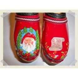 Röd jultoffel med tomte och pergamentrulle