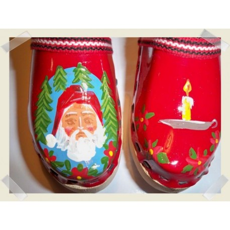 Röd jultoffel med tomte och stearinljus